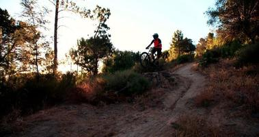 exteme mountain biker esegue manovre aeree durante il dirt jumping video