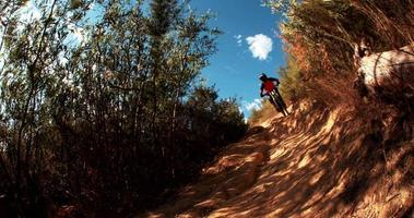 mountain biker estremo accelerando su una pista sterrata video
