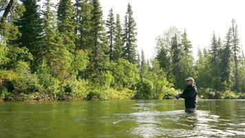 uomo pesca a mosca in un fiume