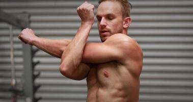 Hombre calentando en gimnasio gimnasio video