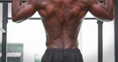 Hombre haciendo pull ups en el gimnasio gimnasio video