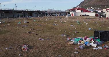 Toma panorámica de basura en un parque