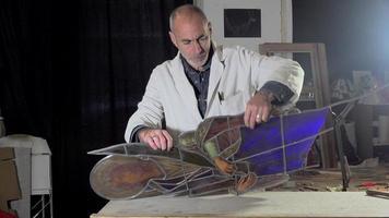 um mestre vidraceiro reconstruiu o vitral