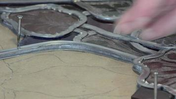 un maestro vetraio ricostruì le vetrate