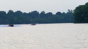 Silhouette des Barfuß-Wasserskifahrers auf ruhigem Fluss