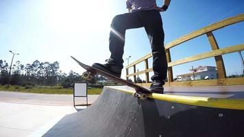 skateboarder die een helling laat vallen