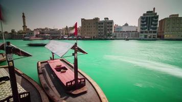giorno luce città dubai deira parte acqua barca parcheggio 4k lasso di tempo Emirati Arabi Uniti