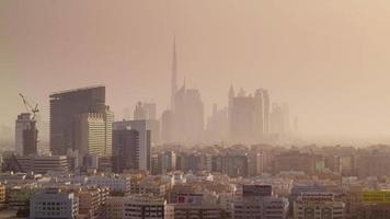 tramonto fumo dubai città centro deira panorama 4k lasso di tempo Emirati Arabi Uniti