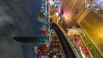 Tailândia Bangkok semáforo noturno rua panorama vertical 4k time lapse