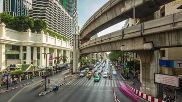 Thailandia bangkok giornata di sole centro città traffico incrocio stradale 4k lasso di tempo