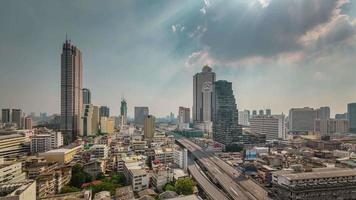 Thailandia bangkok giornata di sole traffico strada tetto panorama superiore 4k lasso di tempo