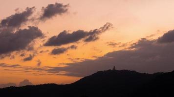 Thailandia tramonto cielo buddha montagna phuket città panorama 4K lasso di tempo