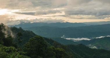 Sonnenaufgang in Thailand mit Nebel über Berg