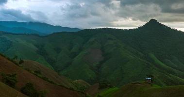 nube moviéndose sobre la montaña y el rayo del atardecer en la montaña video