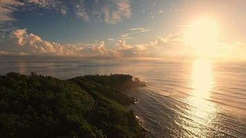 vista aérea do pôr do sol, anse royale, ilha mahe, ilhas seychelles. video