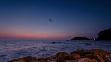 4k Zeitraffer Sonnenuntergang, Sonnenaufgang am Ozean Strand, Meerblick. Wellen Zeitraffer in Thailand, Dämmerung Meer Sonne Landschaft auf Chuntaburi, Thailand