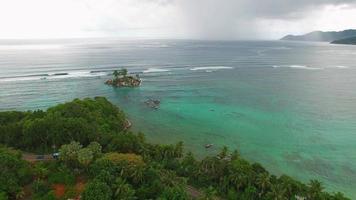 vista aerea di anse royale sull'isola di mahe, isole seychelles. video