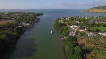 mauritius città costiera e fiume che cade nell'oceano, veduta aerea