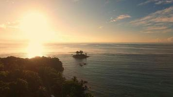 vista aerea del tramonto, anse royale, isola di mahe, isole seychelles.