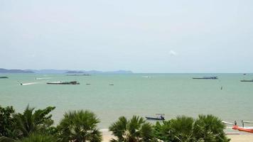vista della spiaggia di Pattaya, una destinazione popolare per i turisti locali e internazionali
