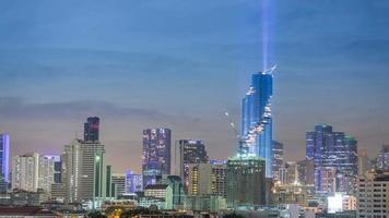 4k - time-lapse: edificio de paisaje urbano y monumentos con espectáculo de iluminación en bangkok, tailandia. video