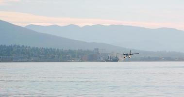 Aterragem de hidroavião 4k, porto de carvão, vancouver norte video