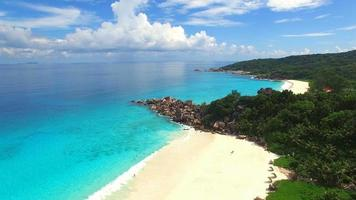 vista aérea da praia de grand anse, ilha la digue, seychelles. video