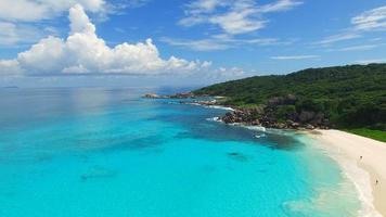 vista aérea, playa paradisíaca tropical con arena blanca, agua turquesa