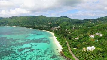 Vista aerea della spiaggia di anse royale sull'isola di mahe, seychelles. video