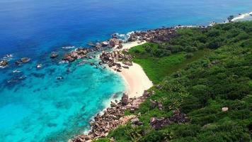 vista aerea, spiaggia tropicale paradiso vuoto, isola la digue, seychelles. video