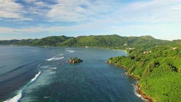 Vista aerea della spiaggia di anse royale sull'isola di mahe, seychelles.