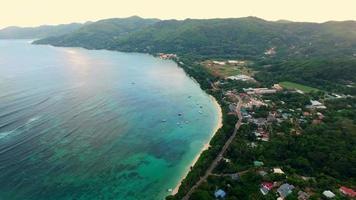 Vue aérienne de la plage d'Anse Royale sur l'île de Mahé, aux Seychelles.