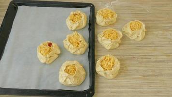 der Prozess des Backens von Pastetchen im Ofen