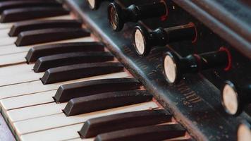 teclado de órgano antiguo - enfoque de rack video