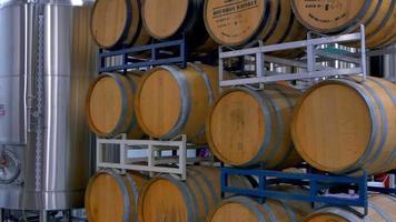 barris de vinho de carvalho, armazenamento de cervejaria vintage e envelhecida video