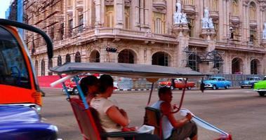 4k centre-ville de la havane cuba, vieilles automobiles américaines vintage video