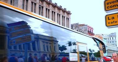 4k bâtiments du centre-ville de la havane cuba, voitures, touristes et habitants video