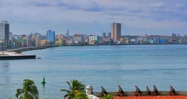 4 k ciudad de la habana cuba como se ve desde el antiguo fuerte, cánones en primer plano video