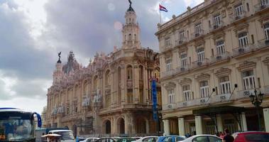 4k la habana cuba, centro de la ciudad con turistas y lugareños, vehículos antiguos