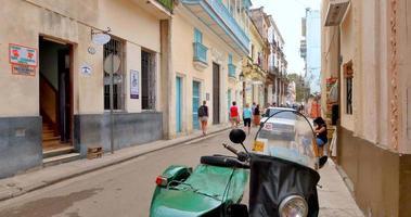 4k havana cuba - sidestreet alley à cuba, vélo et touristes video