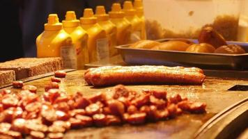 saucisses grillées pour hot-dogs video