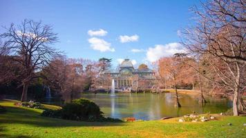 día soleado estanque vista panorámica en palacio de cristal 4k lapso de tiempo españa