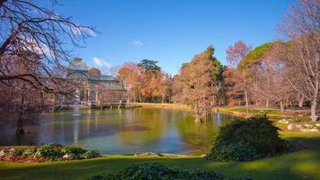 dia ensolarado vista para a lagoa no palácio de cristal 4k time lapse espanha madri video