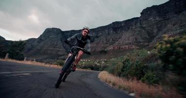Ciclista adulto activo listo para la carretera con toda su ropa protectora