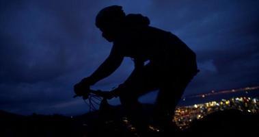 foto média da silhueta do ciclista na estrada da montanha video