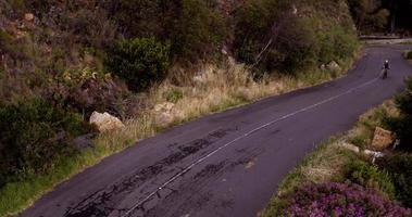 colpo di panoramica del drone ad alto angolo del ciclista video
