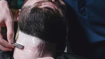 Raspar a barba na barbearia
