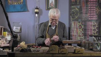 un gioielliere crea un braccialetto video