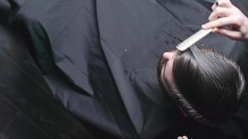 preparar el cabello para cortarlo video
