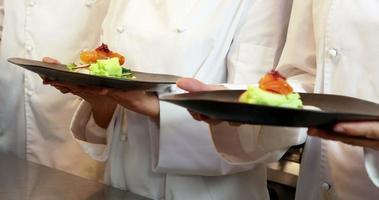 grupo de chefs segurando pratos video